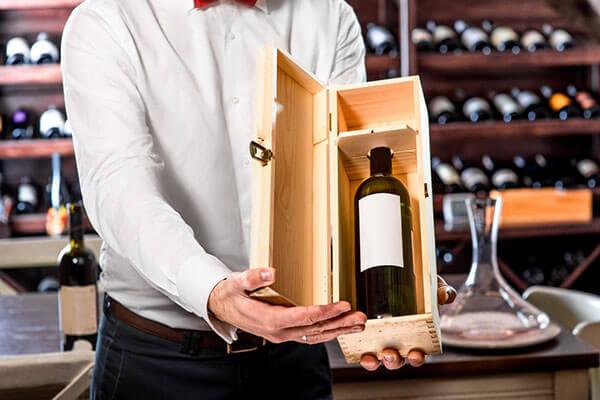 nhân viên tư vấn rượu vang