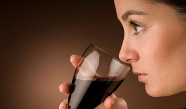 Ngửi mùi rượu vang